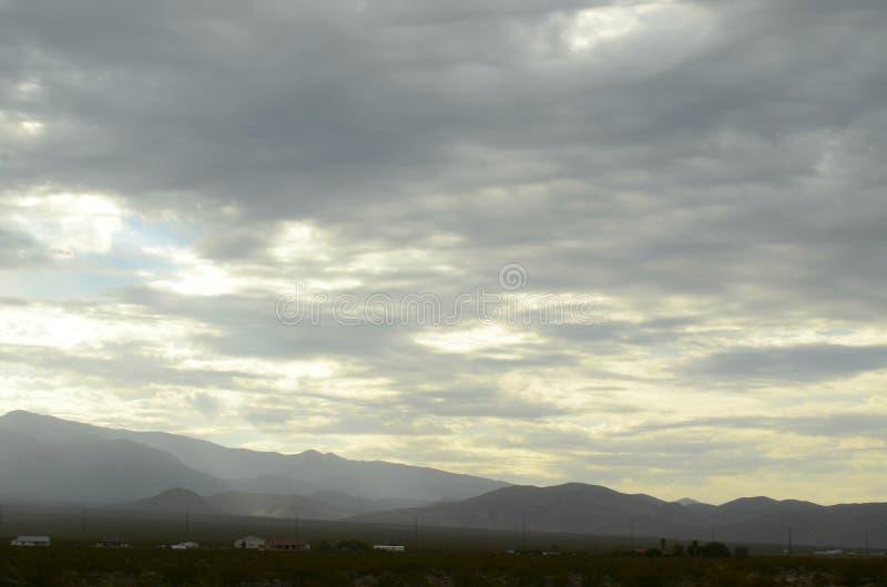Monsun podeszczowe chmury nad pasmo górskie krawędzią sucha Mojave pustynia dolinny Nevada, usa fotografia royalty free