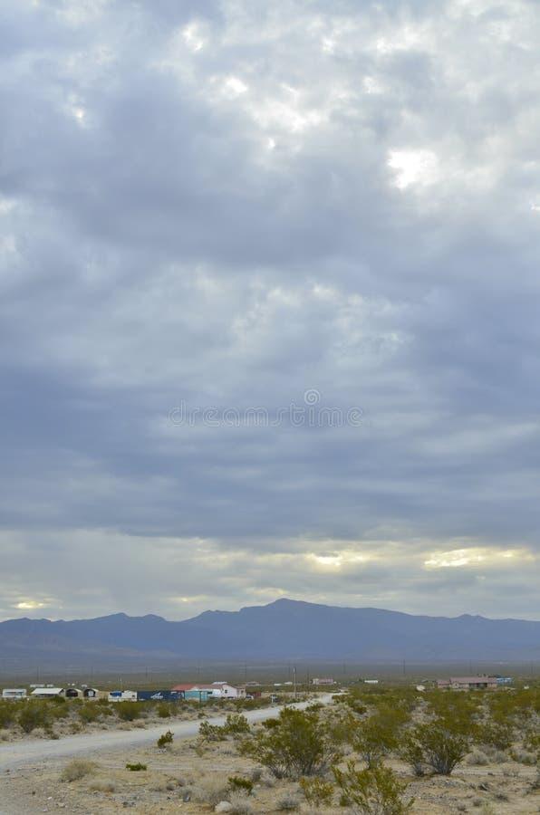 Monsun podeszczowe chmury nad pasmo górskie krawędzią sucha Mojave pustynia dolinny Nevada, usa obraz royalty free