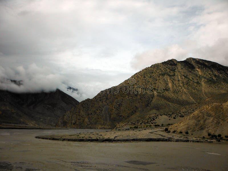 Monsun rzeka w Suchych himalajach i chmury zdjęcia stock