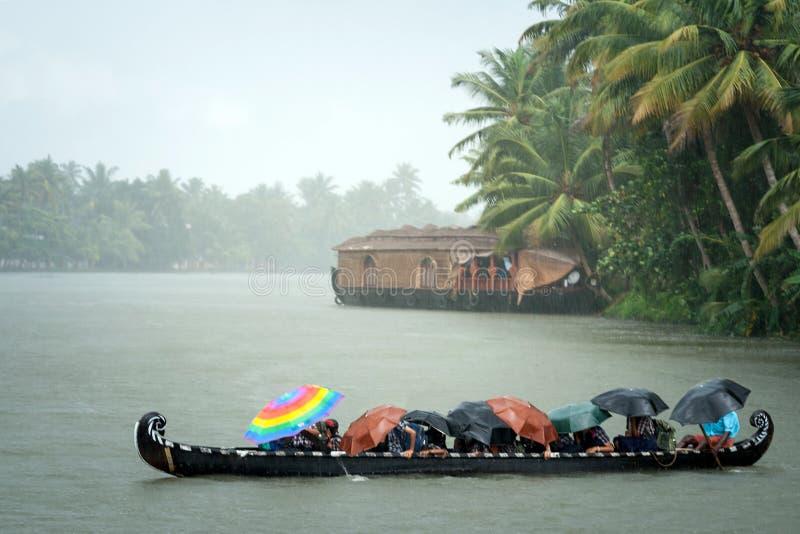 Monsunu czas Ludzie krzyżuje rzekę łodzią w deszczu zdjęcie royalty free