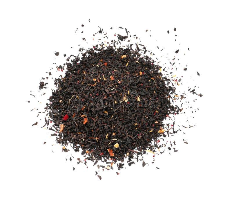 Montão das folhas de chá pretas secas com frutos e pétalas no fundo branco, vista superior fotografia de stock royalty free