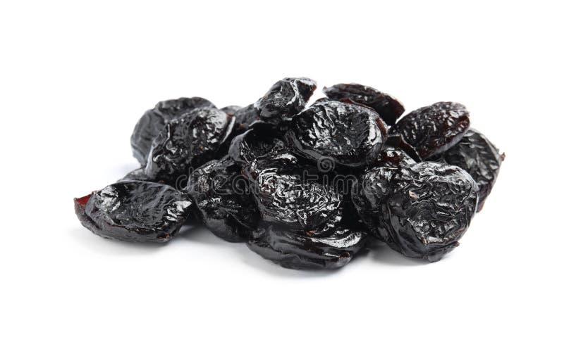 Montão de ameixas secas saborosos no fundo branco Frutos secos imagem de stock