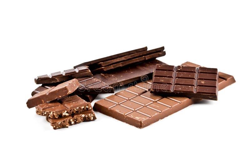 Montão de barras de chocolate quebradas da obscuridade e do leite com avelã foto de stock royalty free