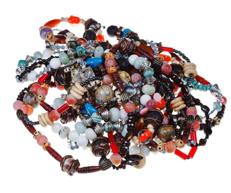Montão de colares naturais tangled das pedras fotos de stock