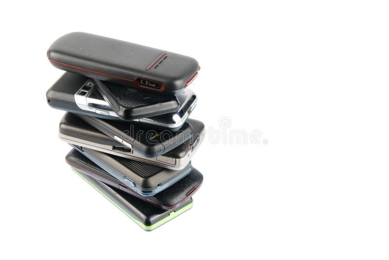 Montão de telefones móveis modernos no branco fotos de stock