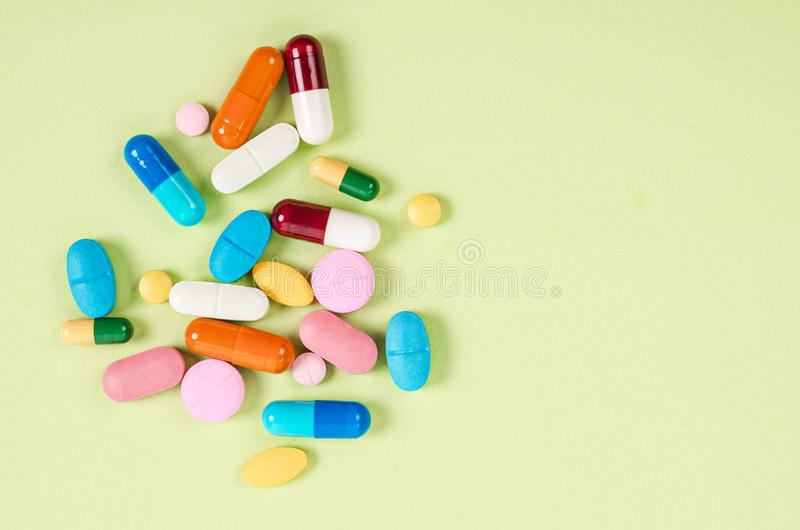 Montão de vários comprimidos no fundo da cor imagem de stock royalty free