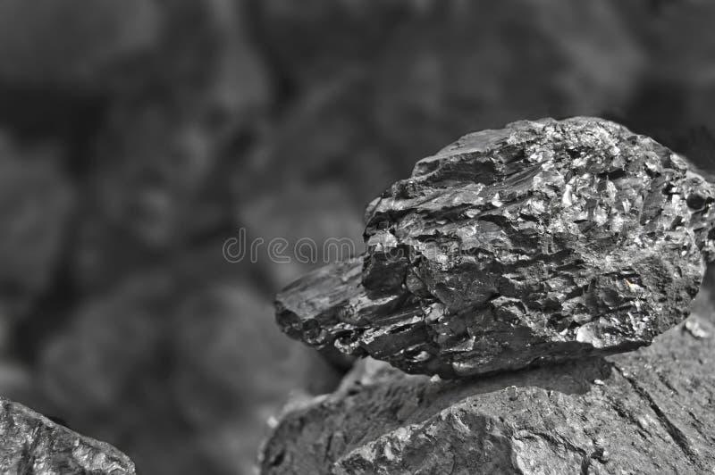 Montão do carvão Uma rocha do fim de carvão acima no fundo preto de carvão Lugar para o texto Copie o espaço Carvão de alta quali imagens de stock