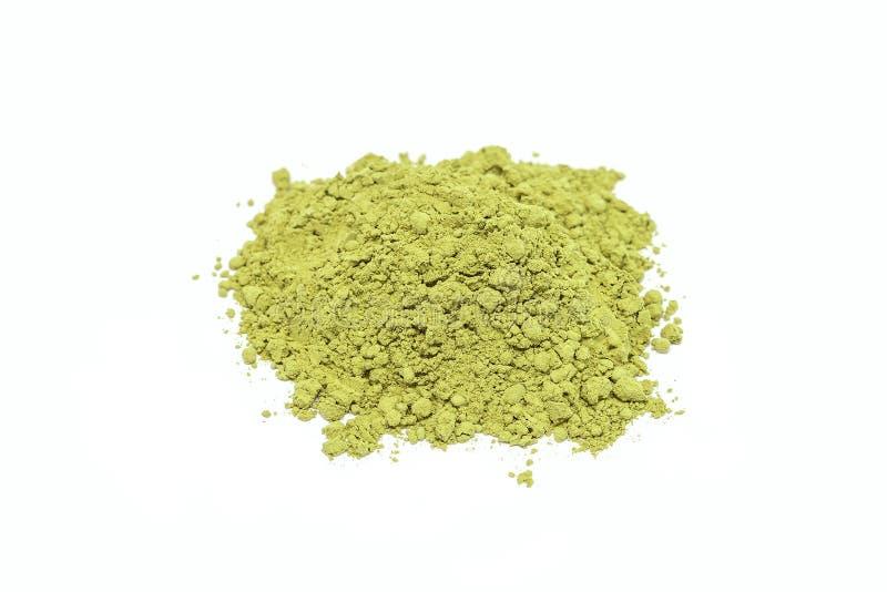 Montão do pó do chá verde do matcha isolado no branco imagens de stock