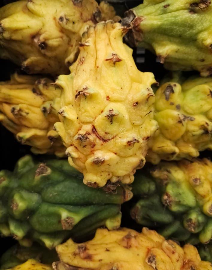 Montão do pitaya exótico tropical do fruto, do pitahaya ou do fruto amarelo e verde do dragão fotos de stock