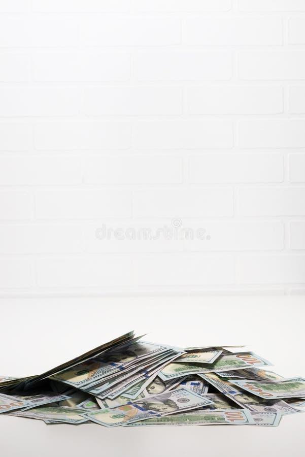 Montão dos dólares no espaço do tampo da mesa para inscrição imagens de stock