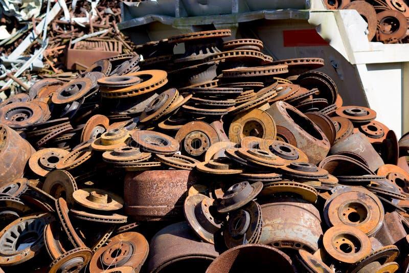 Montão dos discos do freio da sucata armazenados reciclando fotos de stock