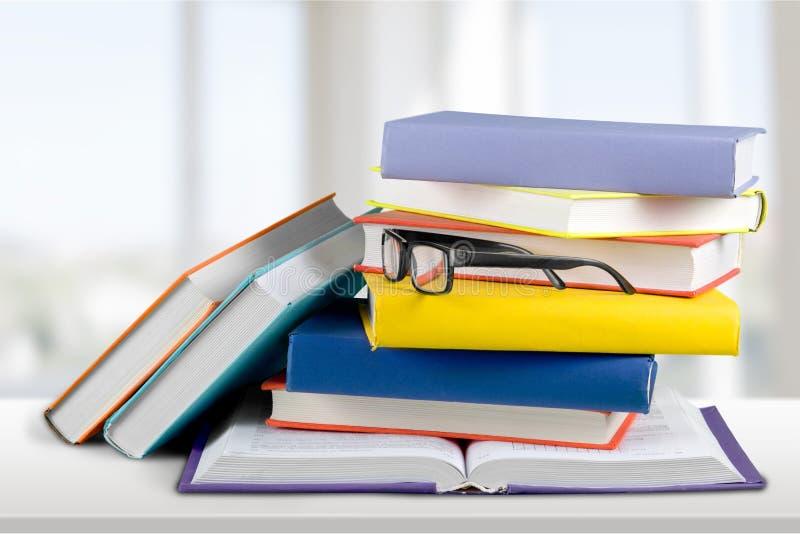 Montão dos livros com vidros, opinião do close-up fotografia de stock