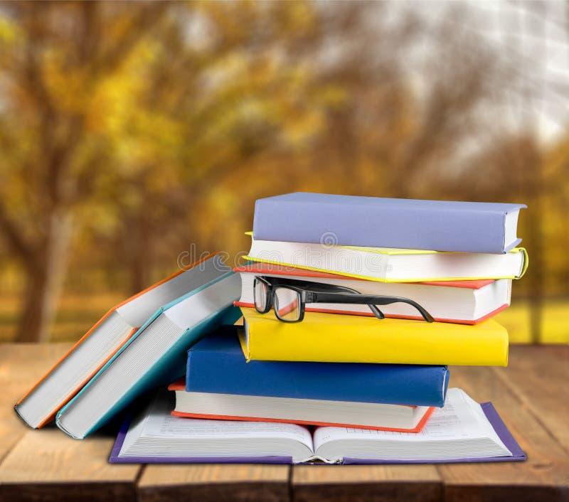 Montão dos livros com vidros, opinião do close-up imagens de stock