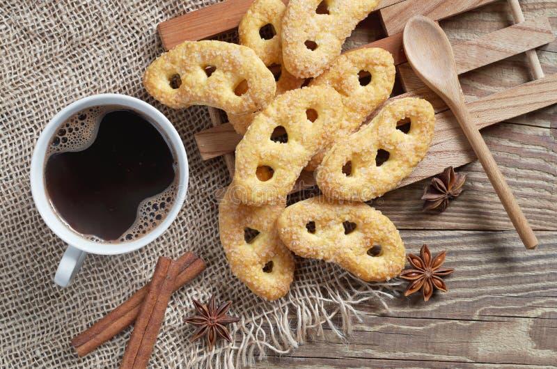 Montão dos pretzeis com açúcar e café foto de stock