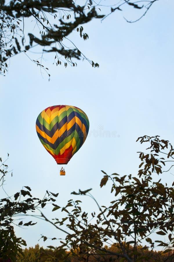 Montée chaude colorée de ballon à air image libre de droits