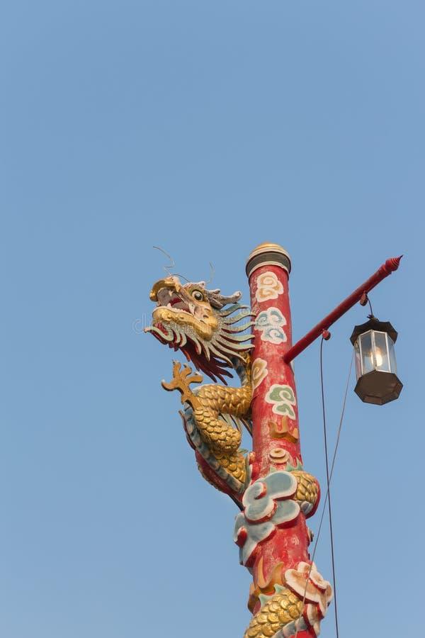 Montée chinoise de statue de dragon le poteau image libre de droits