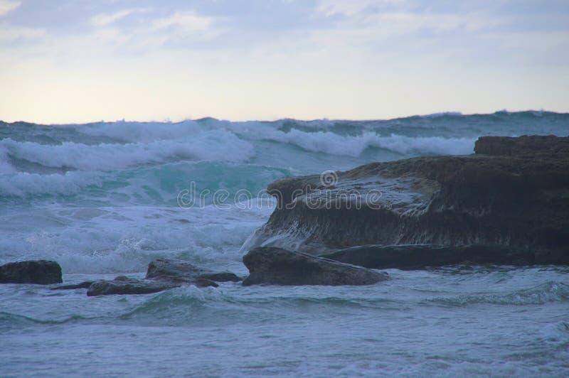 Montée subite massive de vagues au-dessus d'affleurement rocheux photo libre de droits