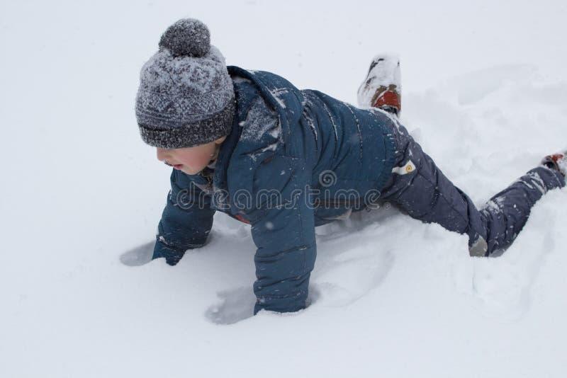 Montée sur les pieds de la neige images libres de droits