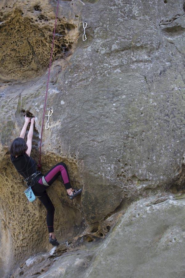Montées d'athlète sur la roche avec la corde photos libres de droits
