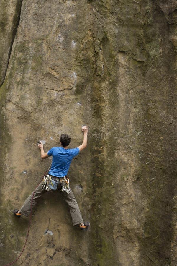 Montées d'athlète sur la roche avec la corde image stock