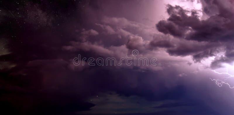 Montées subites d'énergie au-dessus du ciel de Sedona photo libre de droits