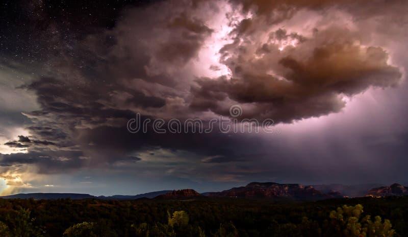 Montées subites d'énergie au-dessus du ciel de Sedona image libre de droits