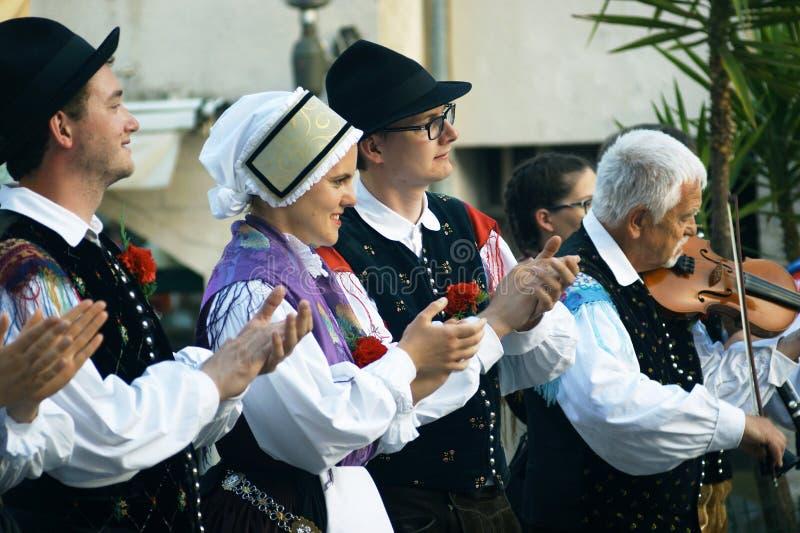 Monténégro, Herceg Novi - 28/05/2016 : Le groupe folklorique Iskraemeco (Kranj, Slovénie) applaudit des orateurs images stock
