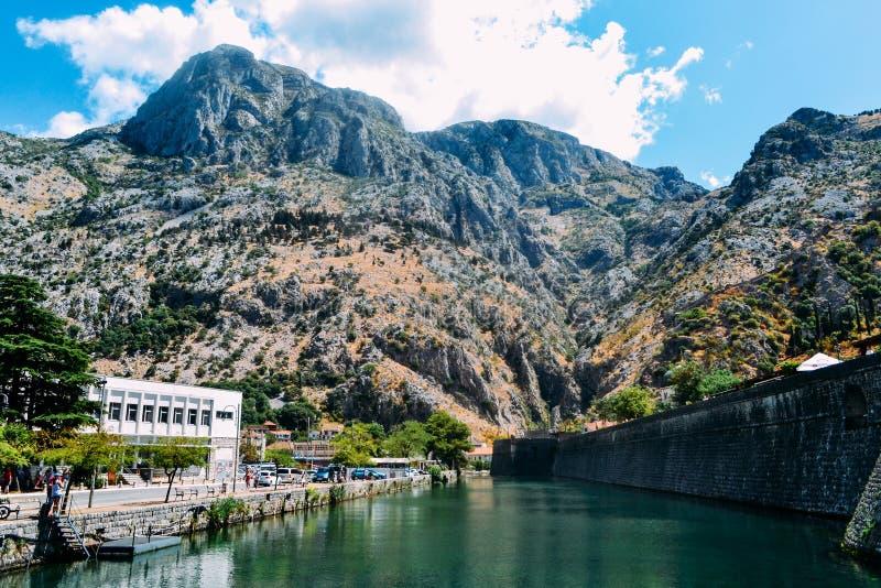 Monténégro, vieille ville de Kotor Vue des murs, de la rivière de Skurda et de la Riva Bastion du nord photographie stock libre de droits
