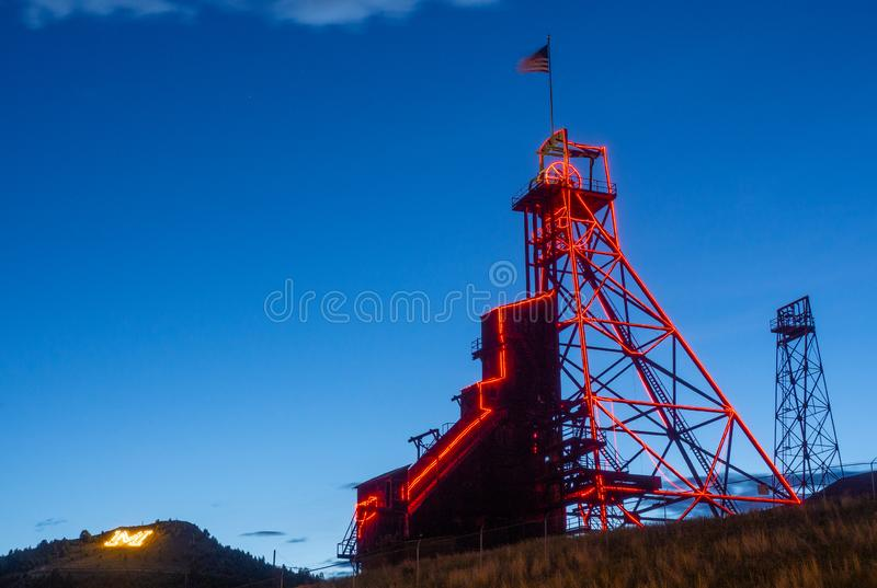 Montículo Montana Mining Head Frame e Montana Tech 'M ' imagens de stock royalty free