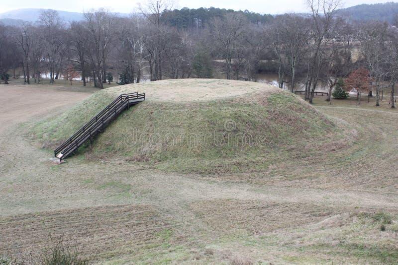 Montón B visto del montón A del sitio histórico de los montones indios de Etowah imagenes de archivo