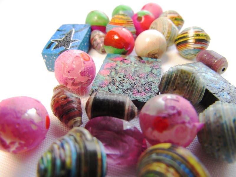 Montón caótico de diversas gotas, conchas marinas y de artículos de los accesorios aislados en un fondo blanco imagen de archivo