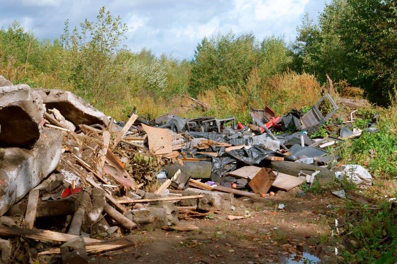 Montón de basura en el bosque fotografía de archivo libre de regalías