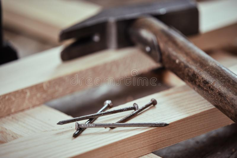 Montón de clavos en un tablón de madera recientemente previsto foto de archivo