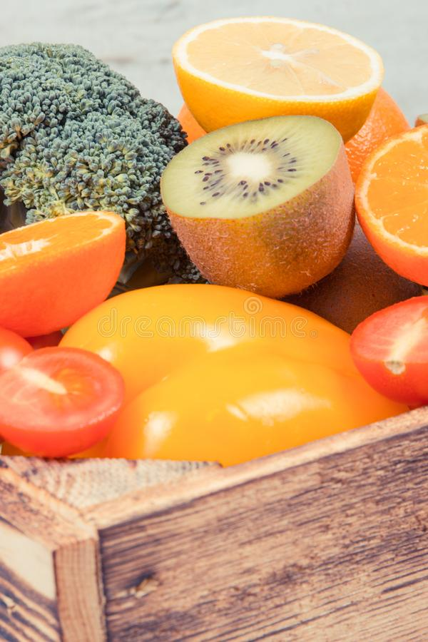 Montón de frutas maduras con las verduras en caja rústica Comida nutritiva que contiene los minerales y las vitaminas sanos imagen de archivo