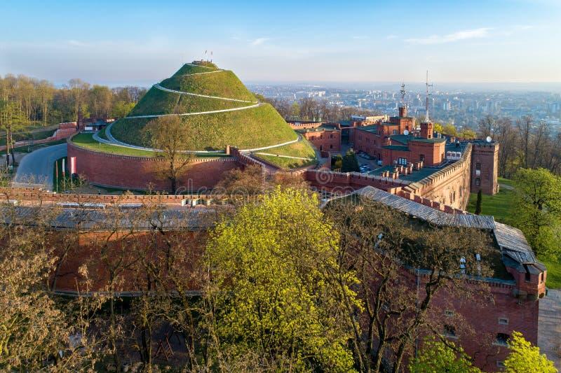 Montón de Kosciuszko en Kraków, Polonia, en luz de la salida del sol fotos de archivo