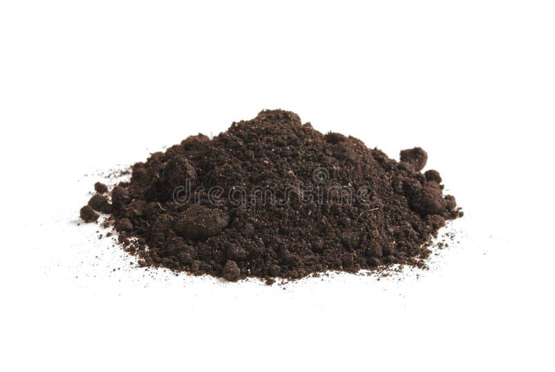 Montón de la humus del suelo, en un fondo blanco Tierra negra de la pila fotos de archivo