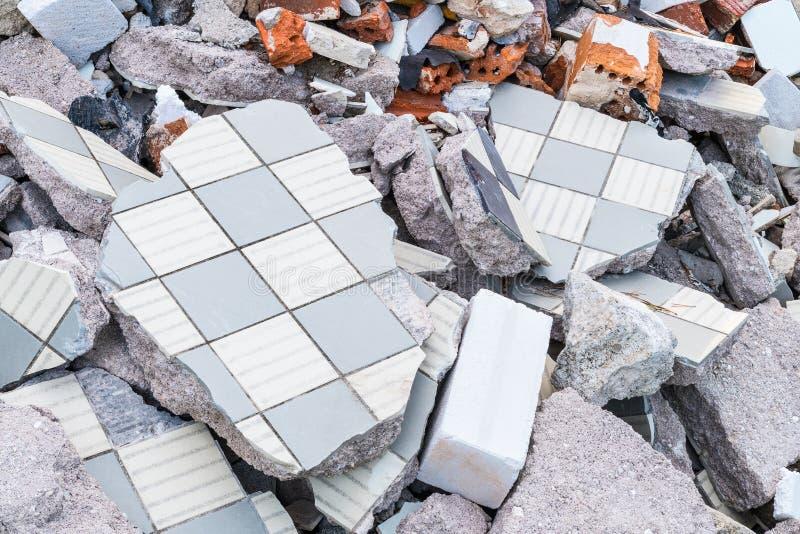 Montón de la ruina de edificio de las tejas, de los ladrillos y del hormigón quebrados foto de archivo libre de regalías