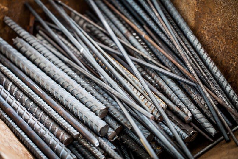 Montón de las barras de acero en emplazamiento de la obra imagenes de archivo
