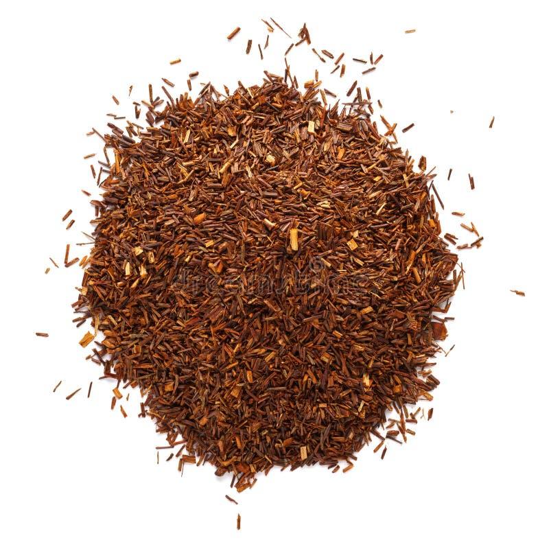 Montón de las hojas de té de los rooibos aisladas en el fondo blanco imagen de archivo libre de regalías