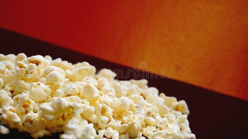 Montón de las palomitas saladas clásicas en fondo negro Cine o comida del concepto fotos de archivo