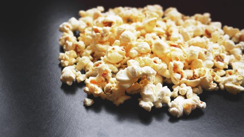 Montón de las palomitas saladas clásicas en fondo negro Cine o comida del concepto fotografía de archivo libre de regalías