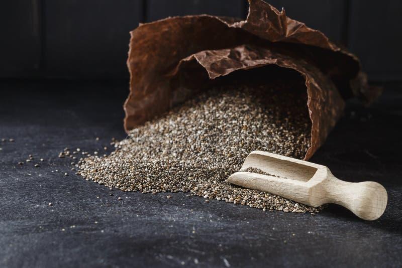 Montón de las semillas del chia sobre fondo oscuro fotos de archivo