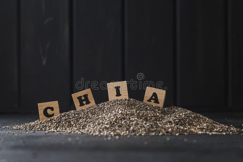Montón de las semillas del chia sobre fondo oscuro imagen de archivo