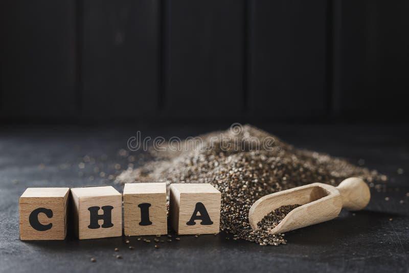 Montón de las semillas del chia sobre fondo oscuro foto de archivo