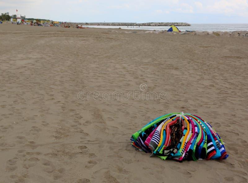 montón de las toallas que abundan en la playa de un vendedor abusivo después imágenes de archivo libres de regalías