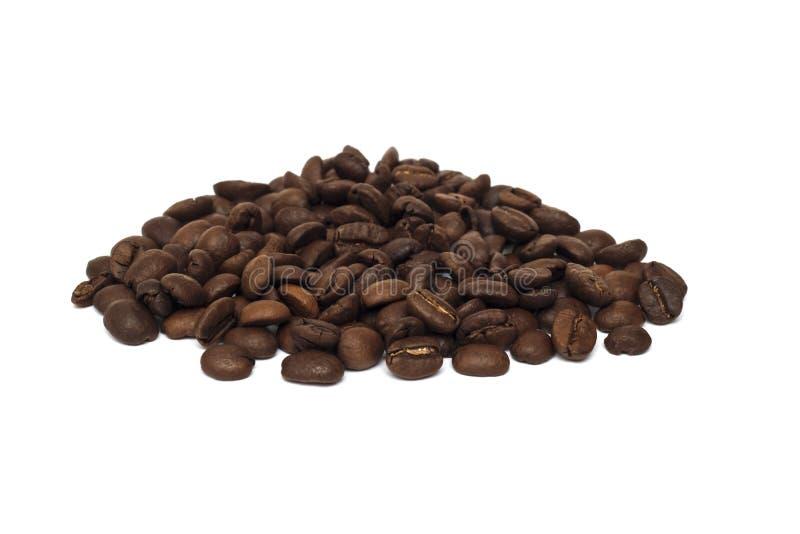 Montón de los granos de café enteros en un fondo blanco fotos de archivo libres de regalías