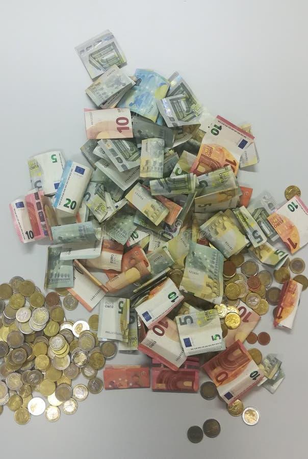 Montón de monedas y de billetes de banco euro foto de archivo libre de regalías