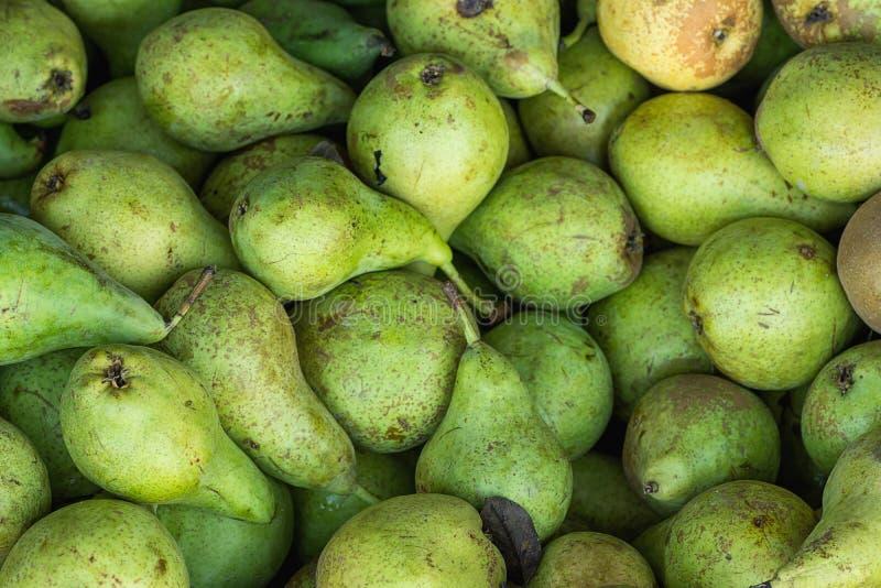 Montón de peras verdes orgánicas maduras en caja de madera en el mercado de los granjeros Colores vibrantes brillantes Dieta sana fotografía de archivo