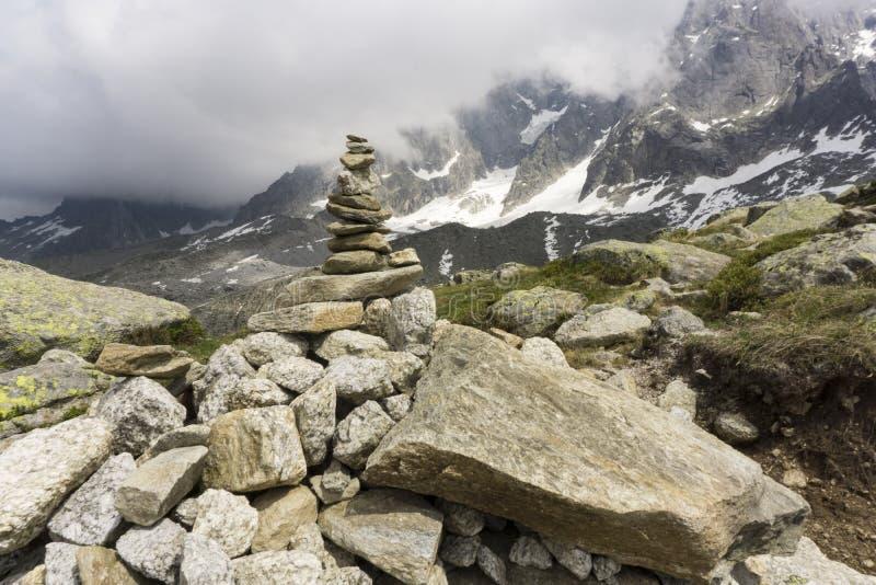 Montón de piedra contra el macizo de Mont Blanc fotos de archivo