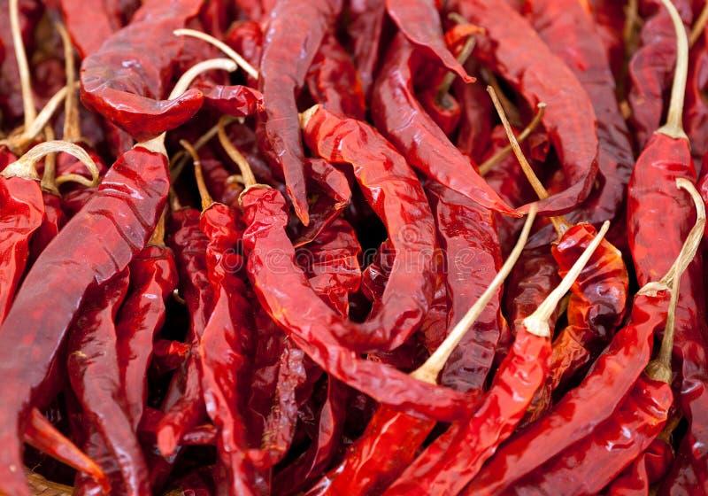 Montón de pimientas rojas grandes maduras fotos de archivo